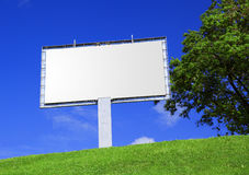 Aanplakbord tegen een mooi landschap Royalty-vrije Stock Afbeeldingen