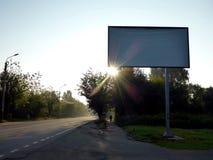 Aanplakbord vroeg in de ochtend op een lege weg stock afbeelding