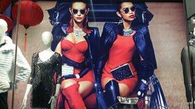 Aanplakbord 2 vrouwen in rood Royalty-vrije Stock Foto's