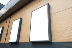 aanplakborden bij de winkelcentrummuur Model voor marketing campagnebevordering Stock Foto's