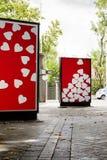 Aanplakborden met hartfoto's bij stadsstraat Stock Afbeelding