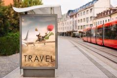 Aanplakborden met reclame van conceptuele reis Bij stadsstraat Stock Afbeelding