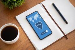 Aanrakingstelefoon met app vpn op het scherm en notitieboekje royalty-vrije stock afbeelding