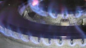Aanstekend gas op een dubbele gasring stock video