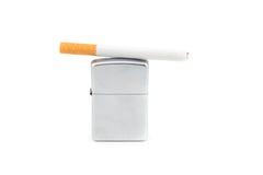 Aansteker en sigaret op witte achtergrond Royalty-vrije Stock Afbeelding