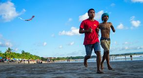 Aanstotend bij Strandgebied in Kuta-Strand, Indonesië Stock Afbeelding