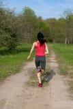 Aanstotende atletische vrouw in het park Royalty-vrije Stock Fotografie