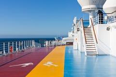 Aanstotende sporen op recreatiegebied op cruisevoering Stock Foto's