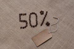50% aantal koffiebonen op jute stock fotografie