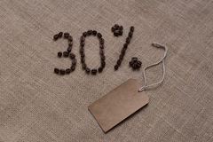 30% aantal koffiebonen op jute Stock Foto's