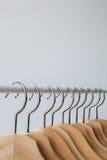 Aantal lege hangers na belangrijke sell-off in de opslag Royalty-vrije Stock Afbeeldingen