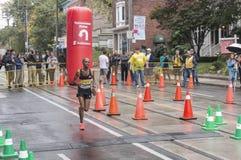 Aantal 11 marathonagent Habte loopt voorbij het 33 km-keerpuntpunt bij de Marathon van de Waterkant van Scotiabank Toronto van 20 Stock Foto's