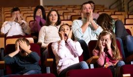 Aantal mensen die van enge film genieten stock afbeelding