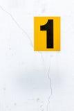 Aantal 1 op een oude muur stock fotografie