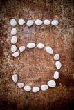 '5' aantalalfabet gemaakte vorm witte steen Stock Fotografie