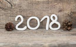 Aantallen die van witte klei het aantal 2018, Element voor een prentbriefkaar nieuw jaar 2018 vormen op een rustieke houten achte Stock Afbeeldingen