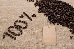 100% aantallen koffiebonen en markering stock afbeeldingen