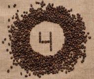 Aantallen koffiebonen op juteachtergrond royalty-vrije stock foto's