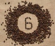 Aantallen koffiebonen op juteachtergrond royalty-vrije stock afbeeldingen