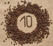 Aantallen koffiebonen op juteachtergrond royalty-vrije stock foto