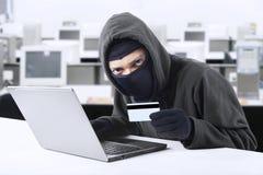 Aantallen van de hakker stealing creditcard royalty-vrije stock foto's