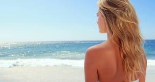 Aantrekkelijk blonde bij het strand stock footage