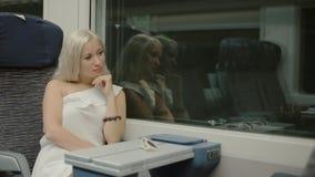 Aantrekkelijk blonde die de metro berijden stock footage