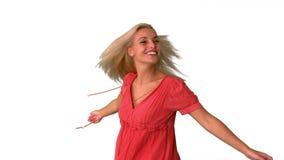 Aantrekkelijk blonde die op witte achtergrond tollen stock video