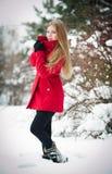 Aantrekkelijk blonde meisje met rode laag in de winter Stock Foto's