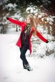 Aantrekkelijk blonde meisje met rode laag in de winter Royalty-vrije Stock Fotografie
