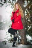 Aantrekkelijk blonde meisje met rode laag in de winter Stock Foto