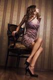 Aantrekkelijk blonde n luxueuze binnenlands Royalty-vrije Stock Afbeelding
