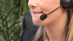Aantrekkelijk Blonde op Hoofdtelefoon stock footage