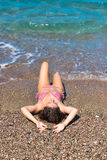 Aantrekkelijk brunette bij het strand Royalty-vrije Stock Afbeeldingen