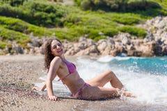 Aantrekkelijk brunette bij het strand Stock Afbeelding