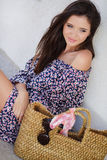 Aantrekkelijk brunette met een zak in een grote stad Royalty-vrije Stock Fotografie