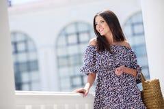 Aantrekkelijk brunette met een zak in een grote stad Royalty-vrije Stock Afbeelding
