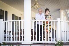 Aantrekkelijk Chinees Paar die van Hun Huis genieten royalty-vrije stock afbeeldingen