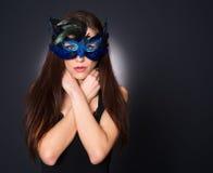 Aantrekkelijk Donkerbruin Bevederd het Gezichtsmasker van de Vrouwenzigeuner Kostuum stock foto