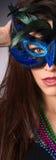 Aantrekkelijk Donkerbruin Bevederd het Gezichtsmasker van de Vrouwenzigeuner Kostuum stock fotografie