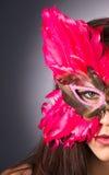 Aantrekkelijk Donkerbruin Bevederd het Gezichtsmasker van de Vrouwenzigeuner Kostuum royalty-vrije stock afbeelding