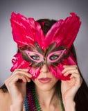 Aantrekkelijk Donkerbruin Bevederd het Gezichtsmasker van de Vrouwenzigeuner Kostuum stock afbeelding