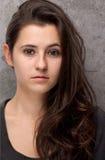 Aantrekkelijk donkerbruin jong vrouwenportret Stock Foto