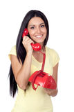 Aantrekkelijk donkerbruin meisje dat met rode telefoon roept Royalty-vrije Stock Afbeelding