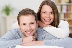 Aantrekkelijk gelukkig jong paar in hun woonkamer Royalty-vrije Stock Afbeeldingen