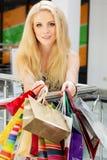 Aantrekkelijk gelukkig meisje die uit winkelen Royalty-vrije Stock Foto's
