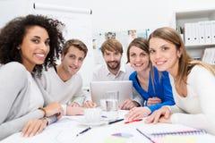 Aantrekkelijk gemotiveerd jong commercieel team Stock Fotografie