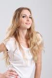 Aantrekkelijk glimlachend meisje Royalty-vrije Stock Foto's