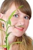 Aantrekkelijk glimlachend meisje met een bamboe Stock Foto's