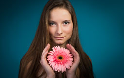Aantrekkelijk het glimlachen vrouwenportret op blauwe achtergrond Royalty-vrije Stock Fotografie